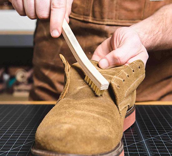 Як чистити замшеве взуття від пилу