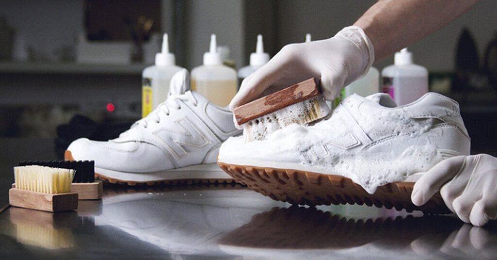Як доглядати за білим взуттям